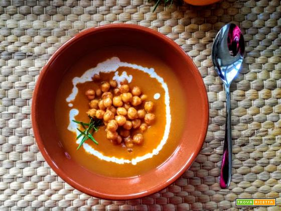 Vellutata di carote con ceci alla paprika