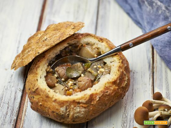 zuppa di funghi e castagne nel pane