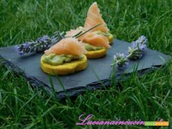 Crostini curcuma e zenzero con salmone e crema di avocado