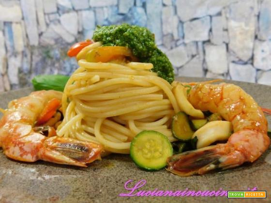 Pasta con calamari, gamberi e verdure dell'orto