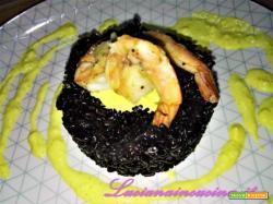 Tortino di riso integrale venere su salsa al curry e gamberi scottati