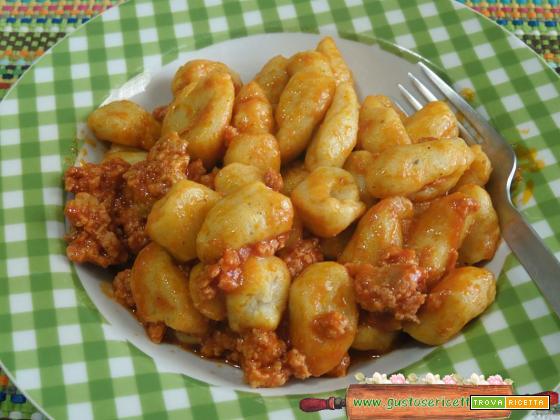 Gnocchi di patate e zucchine spinose al ragù di salsiccia