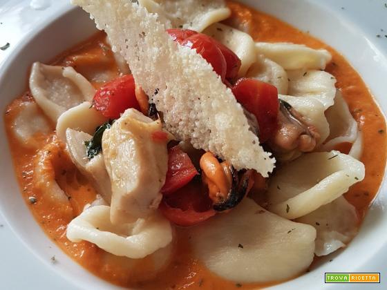 Orecchiette con funghi porcini, cozze, pomodorini datterini in due consistenze e cialda di Parmigiano Reggiano millesimato 30 mesi