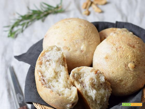 Panini al farro con noci e rosmarino