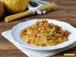 Spaghetti con zucca, pancetta affumicata e noci