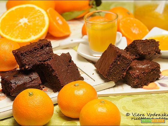 Brownies speziato al cioccolato con salsa agrumata