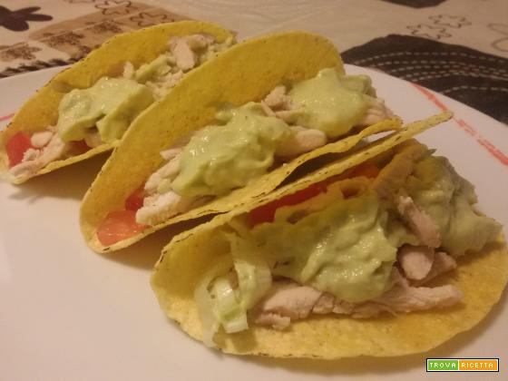 Taco con pollo e salsa guacamole
