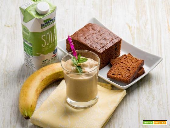 Frullato al pan di spezie, banana, avocado e latte di soia