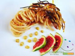 Spaghetti grano antico Saragolla con crema di Melanzane e Salsa di Fichi guarniti con listarelle croccanti di buccia di melanzana!