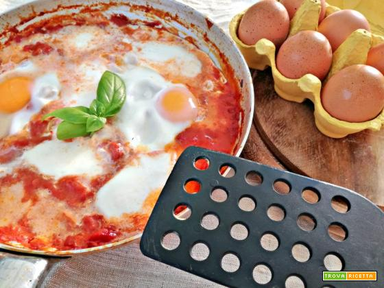 Uova al sugo con mozzarella filante