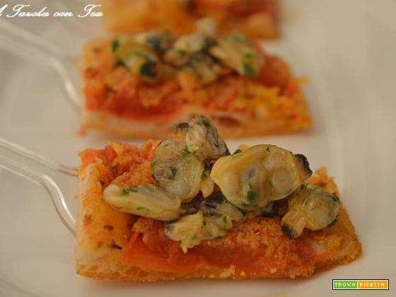 Finger food focaccia con pomodori e vongole