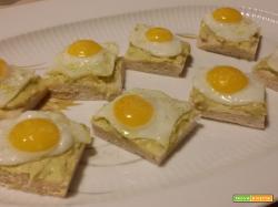 Tartine con salsa guacamole e uova di quaglia