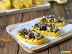 Crostini di polenta con funghi e salsiccia