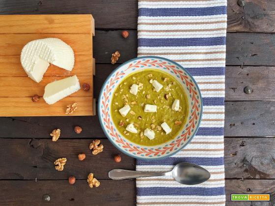 Vellutata di piselli con ricotta e frutta secca
