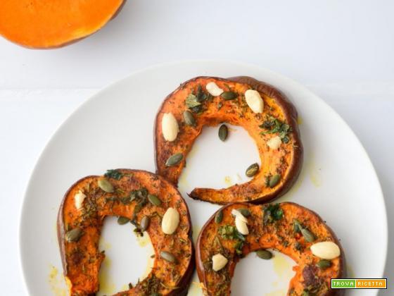 Zucca al forno con curcuma, erbe aromatiche e mandorle