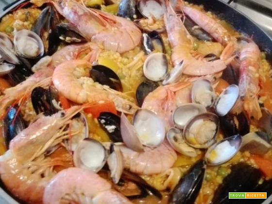 Paella di carne e pesce