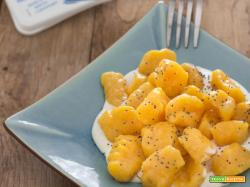 Gnocchi di zucca su crema di formaggio e semi di papavero