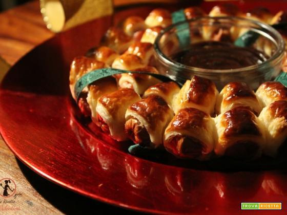 Ghirlanda di rustici ai wurstel con salsa barbecue