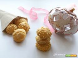 Biscotti ricoperti di nocciole e mandorle