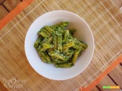 Penne di mais e riso al pesto di spinaci