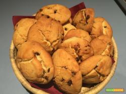 Biscottoni, quasi dei bocconotti, con gocce di cioccolato