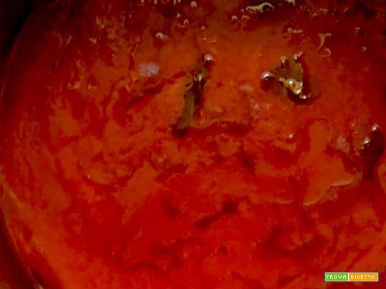 Sugo di conserva di pomodoro con cipolla e basilico