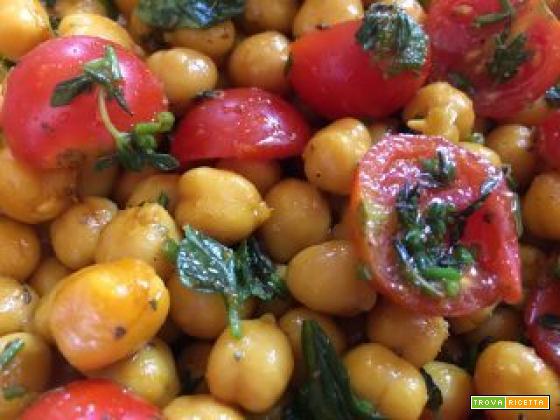 Insalata di ceci alle erbe aromatiche con aggiunta di curry e zafferano