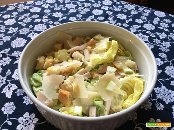 Insalata di pollo arrosto, lattuga, crostini e parmigiano