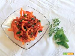 Insalata di peperoni rossi: crudi, freschi e croccanti con erbe aromatiche