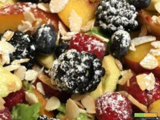 macedonia con avocado, frutti di bosco, fichi, pesche e mandorle tostate