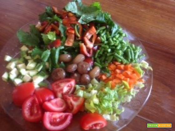 Minestrone estivo di verdure fresche di stagione con croste di parmigiano
