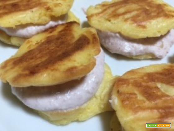 Focaccine di patate schiacciate, cotte al forno e farcite