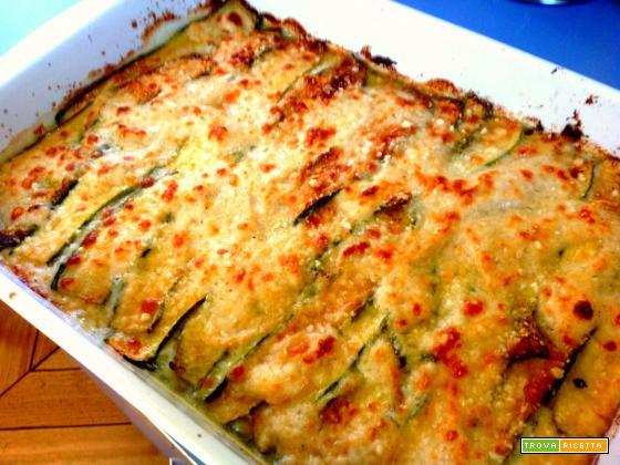 parmigiana di zucchine in bianco, con mozzarella. piatto unico