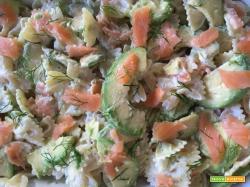Pasta fredda con salmone e avocado e crema di robiola