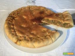 Pizza di carne tritata con formaggio, piselli e besciamella