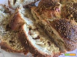 Treccia di pane poco dolce al pistacchio, con noci e uvetta