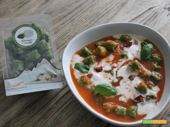 Strangolapreti ricotta e spinaci ai peperoni e panna acida