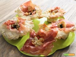 Cestini di pasta fillo al crudo, pomodorini, olive e scamorza
