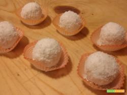 Palline di ricotta con cioccolato bianco, cocco e mandorle
