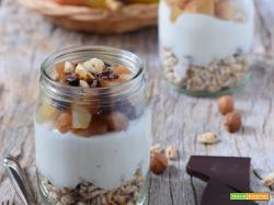 Bicchierini di yogurt e farro soffiato con pere e cioccolato