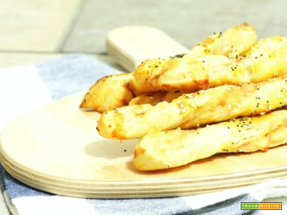 Grissini di pasta sfoglia ripieni di formaggio e prosciutto cotto