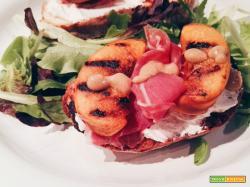 Bruschetta di pesche grigliate e prosciutto