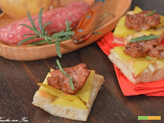 Finger food focaccia con patate e salsiccia