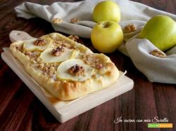 Pizza ai quattro formaggi e pancetta con mele e noci