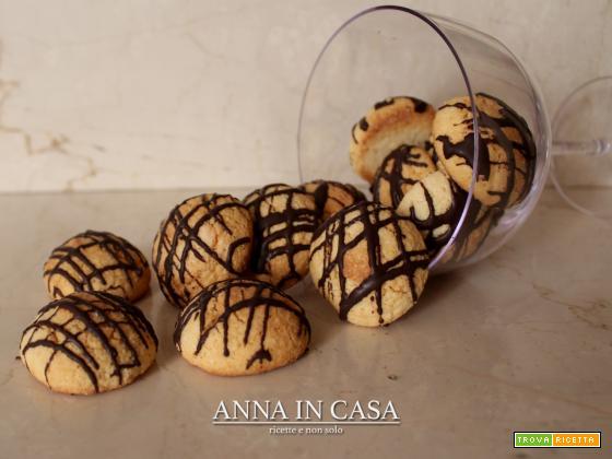 Biscotti con farina di mandorle e glassa al cioccolato