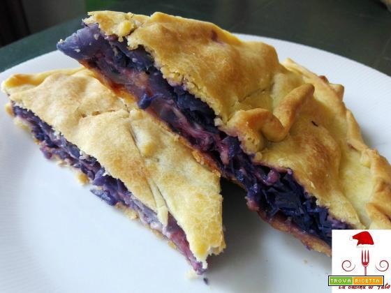 Torta salata con cavolo viola e scamorza affumicata