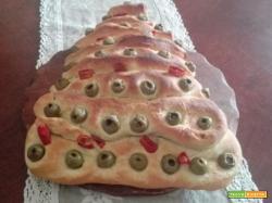 Alberello di Natale di pane al latte con olive