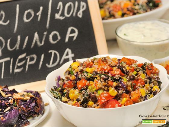 Quinoa tiepida con due salse e cavolo arrostito