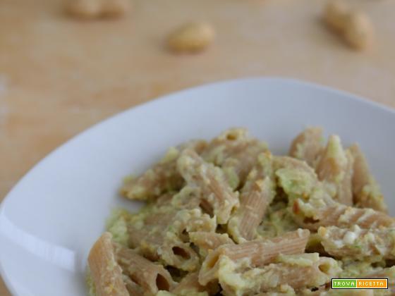 Pasta integrale con pesto di verza e arachidi