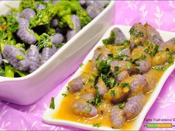 Gnocchi viola con patate Vitelotte in verde e giallo